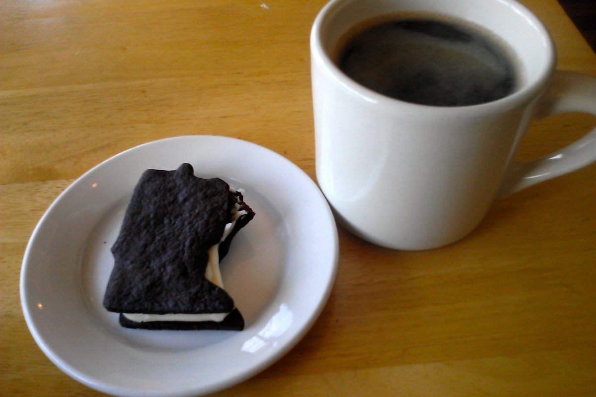 Black coffee and a Minnesota sandwich cookie from Gigi's. (never mind the missing upper right arm of the state. I took a bite first, photo second!)